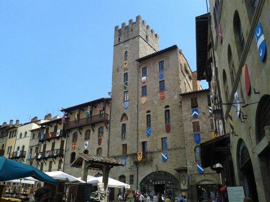 La Corte del Re: Palazzi storici, contesto di piazza Maggiore