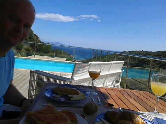 Hotel Es Cel de Begur: Desayuno con unas vistas inigualables en la zona de la piscina. Julio 2014