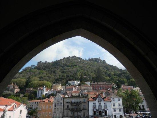 Sintra National Palace: vista del castillo mouros desde palacio nacional