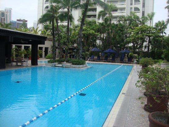 The Peninsula Manila : Ausreichend grosser Pool um einige längen zu schwimmen.