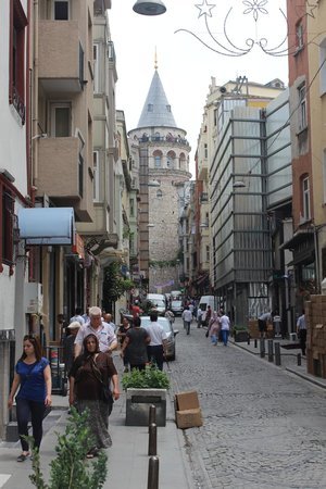 Louis Appartements Galata : street view towards Galata tower