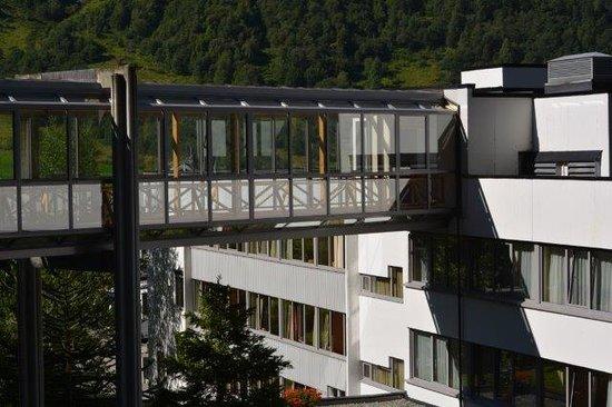 Hotel Geiranger: annex across a connecting bridge