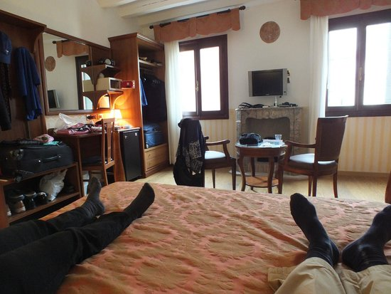 Hotel Ala - Historical Places of Italy: room itself