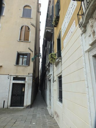Hotel Ala - Historical Places of Italy : alleyway from boat landing, a short distance away
