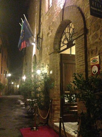 Hotel Palazzo del Capitano Exclusive Wellness & Relais: Entrance at night