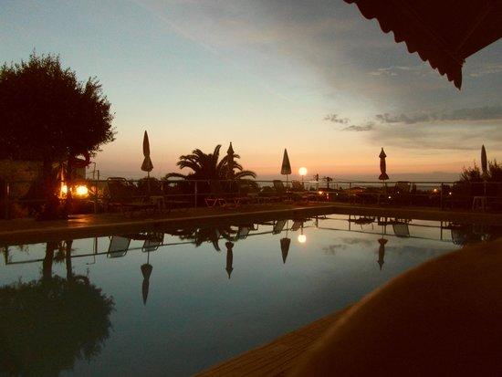 Michelles Apartments: Het zwembad in de avond