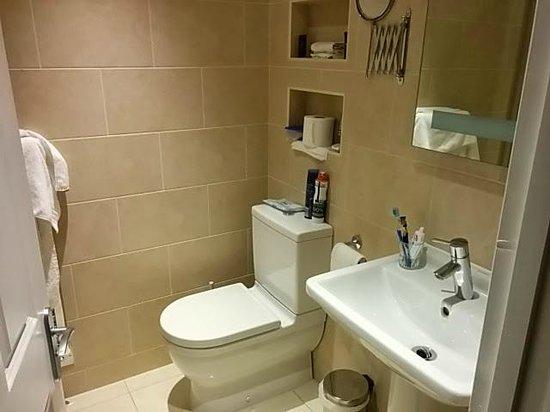 Barnett Hill Hotel: Refurbished room bathroom