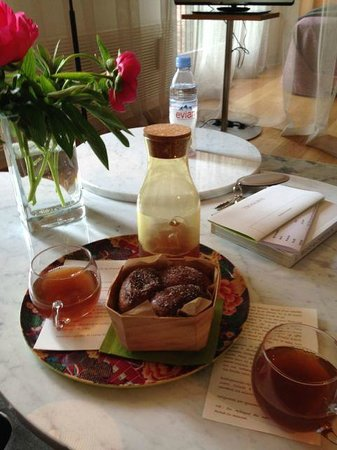 Troisgros : Freshly baked brioche and juice when arriving