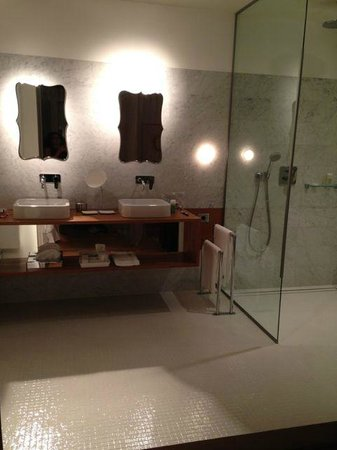 Troisgros : Bathroom integrated with the room