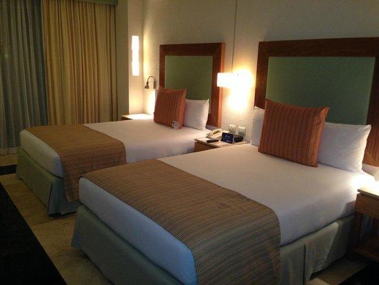 Grand Park Royal Cancun Caribe: Duas camas de casal bem grandes