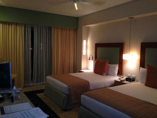Grand Park Royal Cancun Caribe: Quarto com bastante espaço
