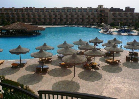 Pyramisa Sahl Hasheesh Resort: бассейн и бар