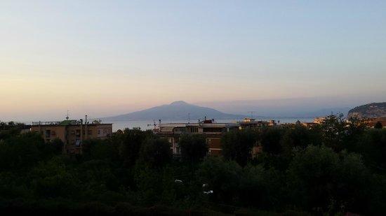 Conca Park Hotel: Evening view of Vesuvius