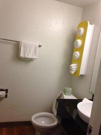 Motel 6 Boston North - Danvers : Bathroom