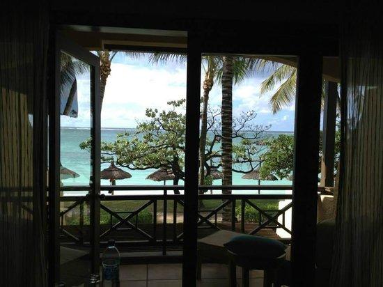 Constance Belle Mare Plage : Vista do quarto para a varanda e praia