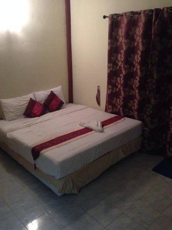 Phuket Airport 24/7 Hotel : Large clean rooms. Hard bed.