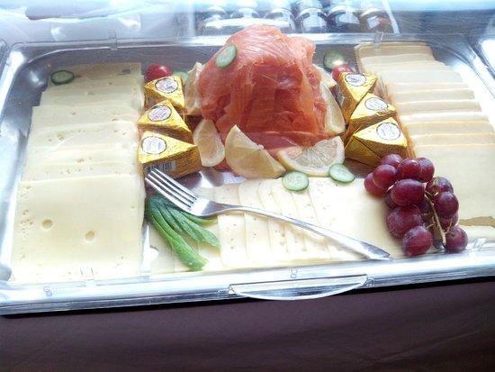 The Hide London: Desayuno: quesos, salmón ahumado..