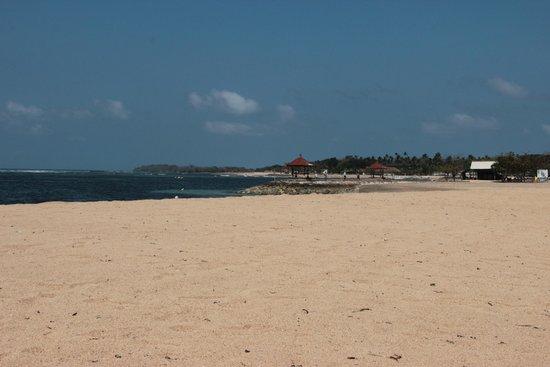 Conrad Bali: Lovely beach!