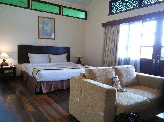 Lake Kenyir Resort: Sleeping area with sofa facing TV