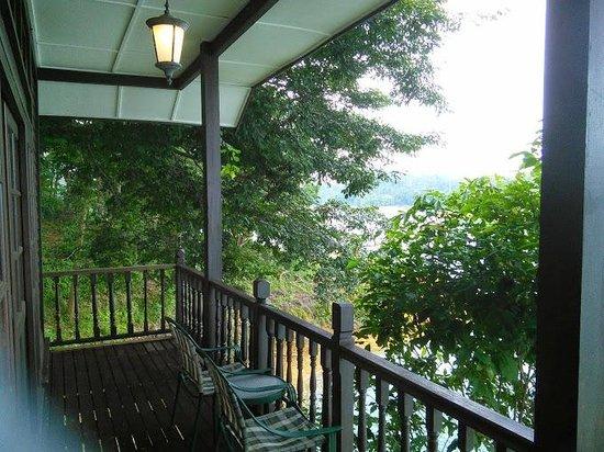 Lake Kenyir Resort: Balcony(Lakeview being block by tree)