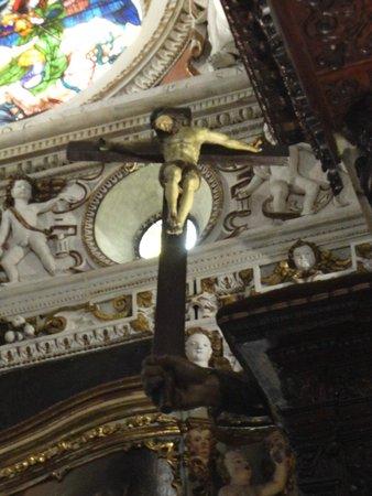 Santuario della Beata Vergine di Tirano: Croce sostenuta da mano