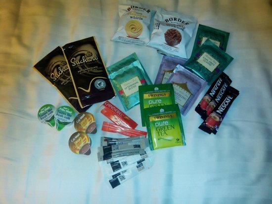 The Hide London: Junto al calentador de agua: café, té, azúcar, chocolate, galletas...