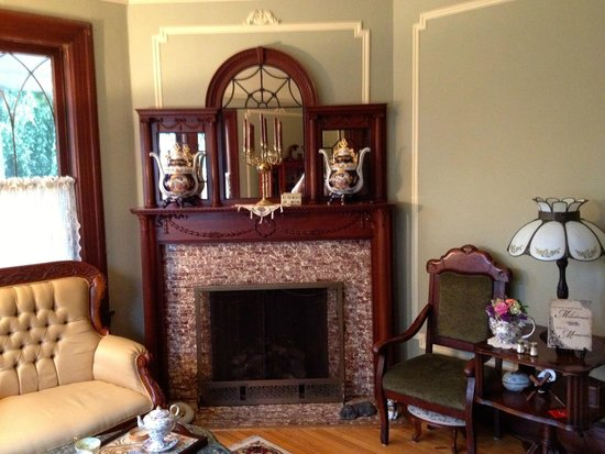 600 Main, A B&B and Victorian Tea Room: sitting room fireplace