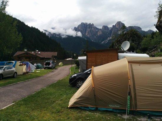 Camping Vidor: Vista dalla piazzola 13 (guardando verso Pozza di Fassa) e piazzola 12