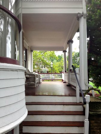 600 Main, A Bed & Breakfast and Victorian Tea Room : view of side porch