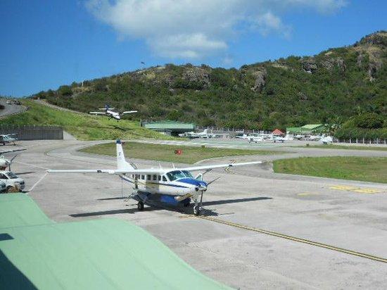 Toiny Coast: Commuter plane between SB and St Maarten