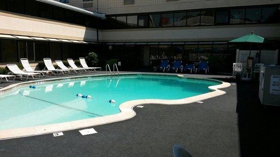 Ramada Boston: Pool area