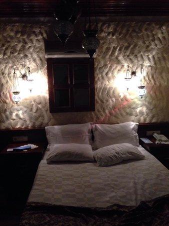 Otantik Butik Otel : Кровать в номере.