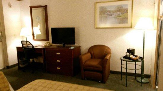 Ramada Boston: TV and coffee in the room nice.
