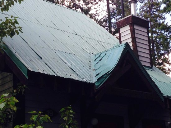 Emerald Lake Lodge : Holes in the roof's