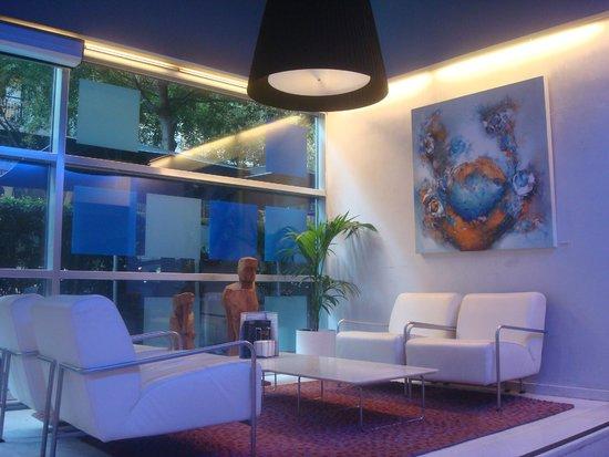 Ayre Hotel Gran Via : Saguão de bom gosto