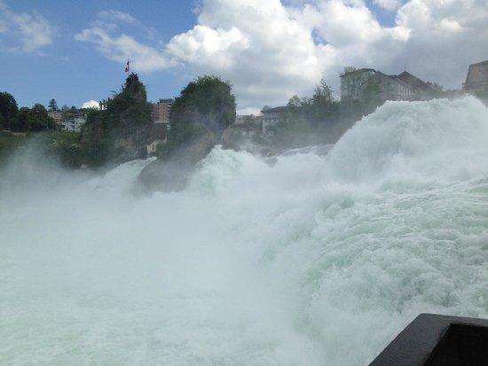 Rheinfall : Blick auf den Wasserfall von der unteren, großen Aussichtsplattform