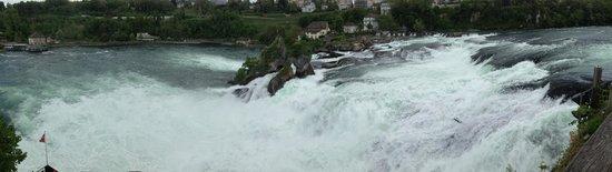 Rheinfall : Blick von oben von der Treppe vom Schloss Laufen runter zum Wasserfall