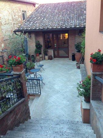 Hotel Alma Domus: courtyard