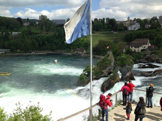 Rhine Falls : Blick von oben von der Treppe vom Schloss Laufen runter zum Wasserfall