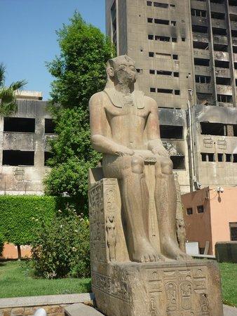 Musée égyptien du Caire : у входа в музей