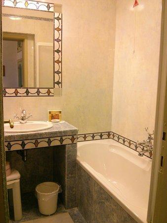 Hotel Giorgione: Small bathroom