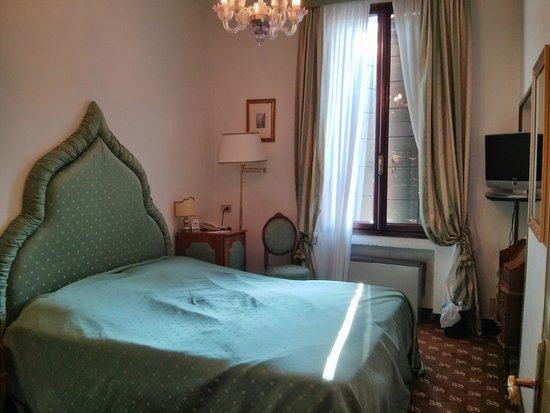 Hotel Giorgione: Small bedroom - as we left, so a little untidy