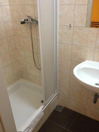 Do Step Inn: Bathroom (for the four person dorm)