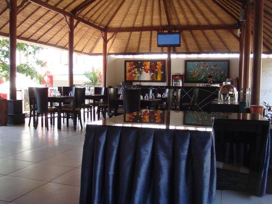 Ozz Hotel Kuta: Reception and breakfast area