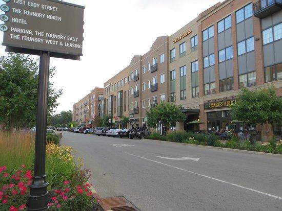 Fairfield Inn & Suites South Bend at Notre Dame: Rue commercial à côté de l'hôtel