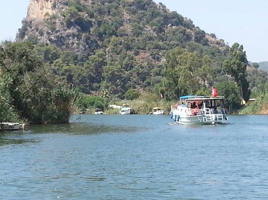 Keysan Yunus Hotel: River bus to beach
