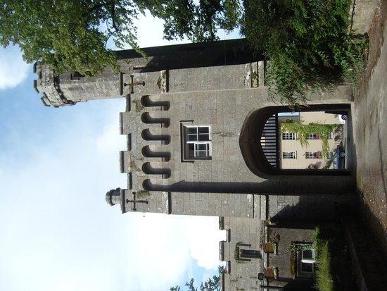 Step House Hotel : The hotel, seen through the castle's gates! Make sure to visit here as well!