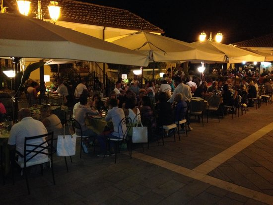 Divino: Italian families (and a few tourists) enjoying their meals.