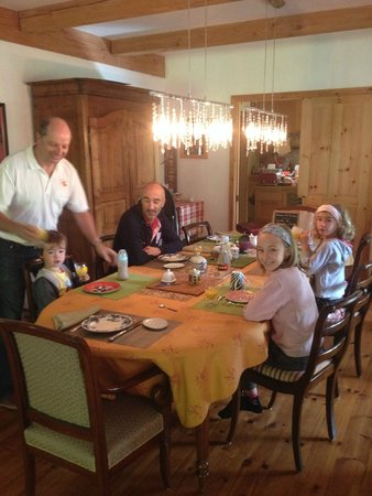 Gite Escale du Nord B&B: la famille au petit déj