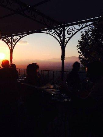 L'amandier de Mougins : Repas au coucher de soleil sur la terrasse.